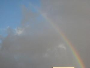 曇り空にかかった虹